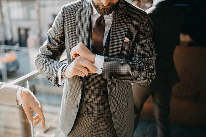 663fc148f903 V chladných mesiacoch sa nebojte vrstvenia a svadobný oblek doplňte  napríklad vestou