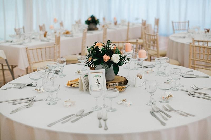 8e5b171b5f61 Kvetinová výzdoba taktiež neodmysliteľne patrí na svadobný stôl