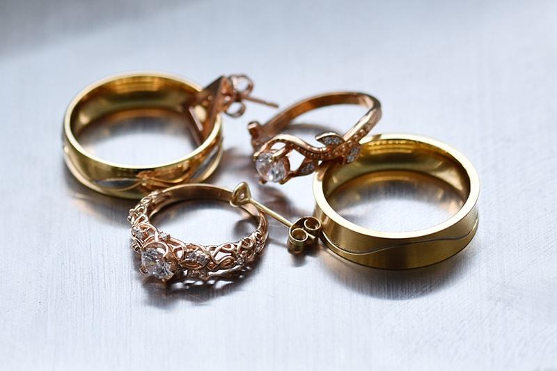 079668827 Všetky šperky sa vždy najprv zbavujú osadených drahých kameňov, až potom sa  vážia
