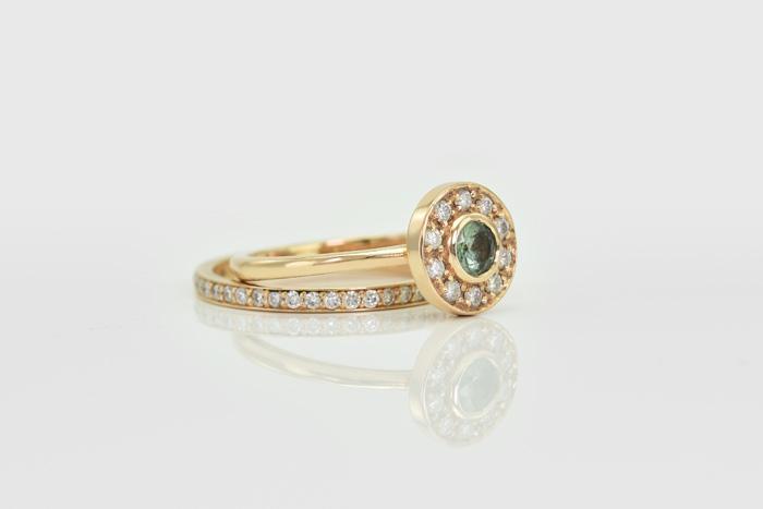 ca9cea806 Zásnubný prsteň osadený alexandritom a diamantmi, svadobný prsteň k nemu  padne ako uliaty